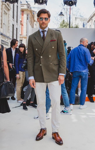 Moda uomo anni 40: Indossa un blazer doppiopetto verde oliva con pantaloni eleganti bianchi per una silhouette classica e raffinata Opta per un paio di scarpe oxford in pelle terracotta per avere un aspetto più rilassato.