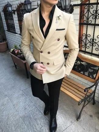 Come indossare e abbinare pantaloni eleganti neri: Metti un blazer doppiopetto beige e pantaloni eleganti neri come un vero gentiluomo. Prova con un paio di stivali chelsea in pelle neri per avere un aspetto più rilassato.