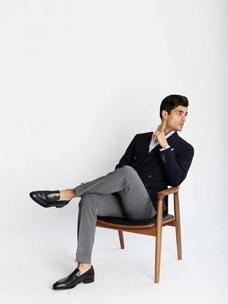 Come indossare e abbinare un blazer doppiopetto nero: Potresti abbinare un blazer doppiopetto nero con pantaloni eleganti grigi come un vero gentiluomo. Se non vuoi essere troppo formale, indossa un paio di mocassini eleganti in pelle neri.