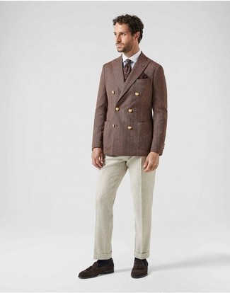 Come indossare e abbinare una cravatta stampata bordeaux: Una scelta semplice come un blazer doppiopetto marrone e una cravatta stampata bordeaux può distinguerti dalla massa. Per un look più rilassato, opta per un paio di mocassini con nappine in pelle scamosciata marrone scuro.