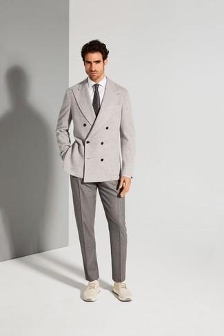 Trend da uomo 2020: Combina un blazer doppiopetto grigio con pantaloni eleganti grigi per un look elegante e di classe. Non vuoi calcare troppo la mano con le scarpe? Mettiti un paio di scarpe sportive beige per la giornata.