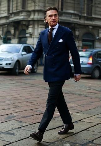 Come indossare e abbinare scarpe double monk in pelle marrone scuro: Vestiti con un blazer doppiopetto blu scuro e pantaloni eleganti neri per essere sofisticato e di classe. Scarpe double monk in pelle marrone scuro renderanno il tuo look davvero alla moda.