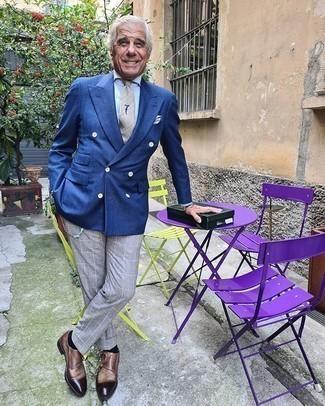 Come indossare e abbinare scarpe double monk in pelle marroni: Una scelta semplice come un blazer doppiopetto blu e pantaloni eleganti a quadri grigi può distinguerti dalla massa. Calza un paio di scarpe double monk in pelle marroni per avere un aspetto più rilassato.