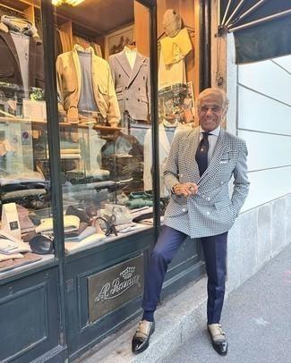 Moda uomo anni 60: Sfodera un look elegante con un blazer doppiopetto bianco e blu scuro e una camicia elegante bianca.
