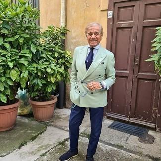Moda uomo anni 60: Indossa un blazer doppiopetto verde menta e pantaloni eleganti blu scuro come un vero gentiluomo. Aggiungi un tocco fantasioso indossando un paio di mocassini eleganti in pelle scamosciata blu scuro.