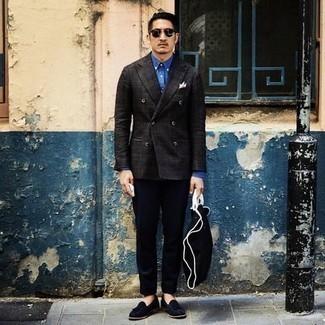 Come indossare e abbinare pantaloni eleganti blu scuro: Scegli un blazer doppiopetto a quadri grigio scuro e pantaloni eleganti blu scuro per essere sofisticato e di classe. Calza un paio di mocassini con nappine in pelle scamosciata blu scuro per un tocco più rilassato.