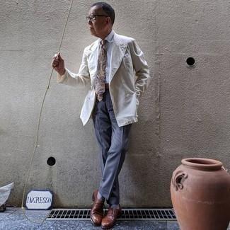 Come indossare e abbinare calzini azzurri: Per un outfit quotidiano pieno di carattere e personalità, opta per un blazer doppiopetto bianco e calzini azzurri. Scarpe oxford in pelle marroni doneranno eleganza a un look altrimenti semplice.