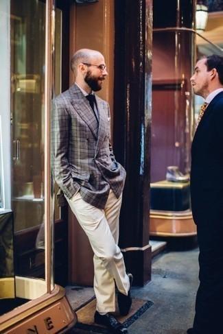 Trend da uomo 2020: Combina un blazer doppiopetto scozzese grigio con pantaloni eleganti beige per essere sofisticato e di classe. Scarpe oxford in pelle blu scuro sono una buona scelta per completare il look.