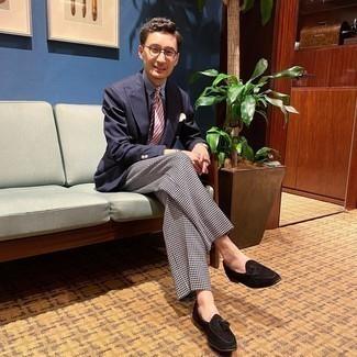 Trend da uomo 2020: Indossa un blazer doppiopetto blu scuro con pantaloni eleganti con motivo pied de poule neri e bianchi come un vero gentiluomo. Perché non aggiungere un paio di mocassini con nappine in pelle scamosciata neri per un tocco più rilassato?