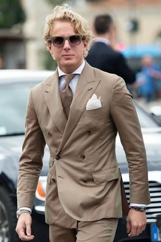 Come indossare e abbinare un blazer a righe verticali marrone: Abbina un blazer a righe verticali marrone con pantaloni eleganti a righe verticali marroni per essere sofisticato e di classe.