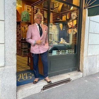 Moda uomo anni 60: Abbina un blazer doppiopetto rosa con pantaloni eleganti blu scuro per un look elegante e alla moda. Per un look più rilassato, calza un paio di scarpe double monk in pelle marroni.