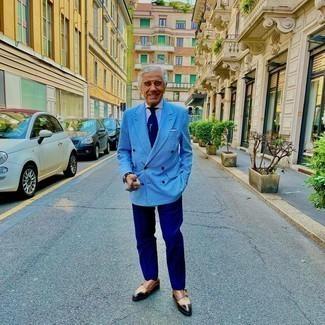 Moda uomo anni 60: Opta per un blazer doppiopetto a quadri azzurro e pantaloni eleganti blu scuro per un look elegante e di classe. Per un look più rilassato, indossa un paio di scarpe double monk in pelle marroni.