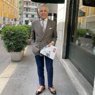 Moda uomo anni 60: Coniuga un blazer doppiopetto a quadri marrone con pantaloni eleganti blu scuro per un look elegante e di classe.
