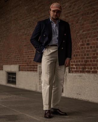 Trend da uomo 2021: Abbina un blazer doppiopetto blu scuro con pantaloni eleganti beige per un look elegante e di classe. Non vuoi calcare troppo la mano con le scarpe? Opta per un paio di mocassini eleganti in pelle marrone scuro per la giornata.