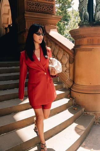 Come indossare e abbinare una pochette in pelle bianca: Punta su un blazer doppiopetto rosso e una pochette in pelle bianca per un look trendy e alla mano. Sandali con tacco in pelle verde scuro sono una gradevolissima scelta per completare il look.