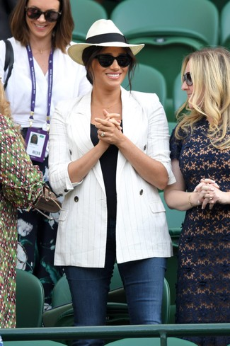 Trend da donna: Indossa un blazer doppiopetto a righe verticali bianco con jeans aderenti blu scuro per un look spensierato e alla moda.