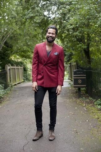 Trend da uomo 2020: Metti un blazer doppiopetto bordeaux e jeans neri per un drink dopo il lavoro. Calza un paio di stivali chelsea in pelle scamosciata marroni per un tocco virile.