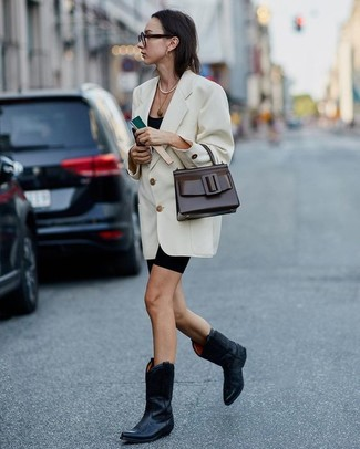 Come indossare e abbinare: blazer doppiopetto bianco, canotta nera, pantaloncini ciclisti neri, stivali da cowboy in pelle neri
