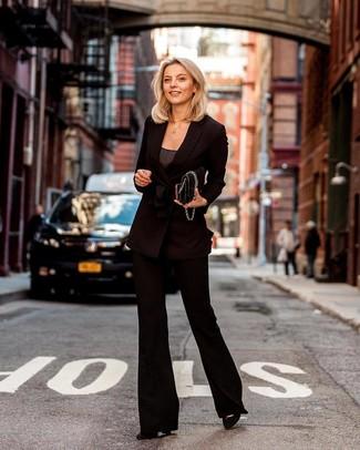 Trend da donna 2020 in modo smart-casual: Questa combinazione di un blazer doppiopetto nero e pantaloni a campana neri è perfetta per il tempo libero. Décolleté in pelle scamosciata neri sono una validissima scelta per completare il look.