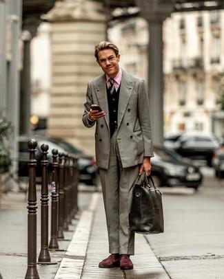Come indossare e abbinare: blazer doppiopetto grigio, cardigan nero, camicia elegante rosa, pantaloni eleganti grigi