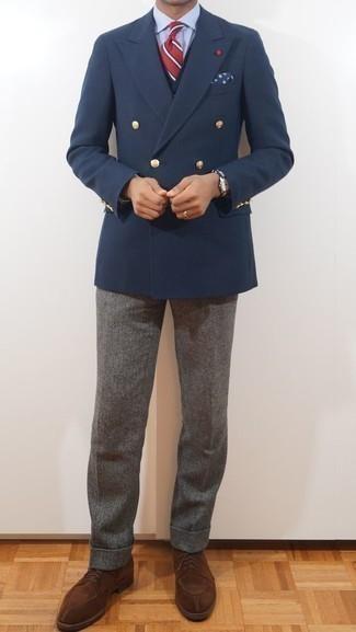 Come indossare e abbinare una cravatta a righe orizzontali rossa: Vestiti con un blazer doppiopetto blu scuro e una cravatta a righe orizzontali rossa per un look elegante e di classe. Per distinguerti dagli altri, indossa un paio di scarpe derby in pelle scamosciata marroni.