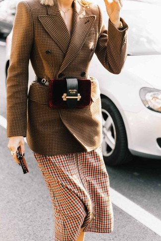 Come indossare e abbinare: blazer doppiopetto di lana con motivo pied de poule marrone, vestito longuette con motivo pied de poule multicolore, marsupio di velluto bordeaux