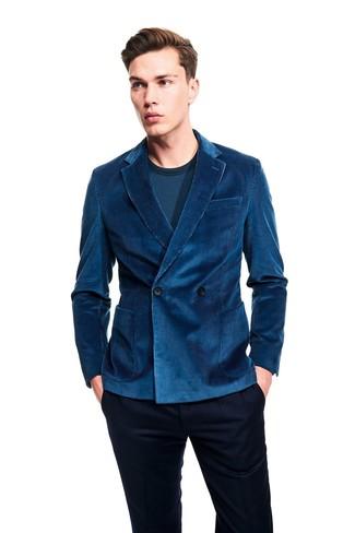 Come indossare e abbinare: blazer doppiopetto di velluto a coste foglia di tè, t-shirt manica lunga foglia di tè, pantaloni eleganti blu scuro