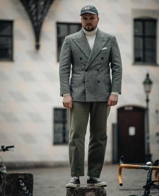 Trend da uomo 2021: Vestiti con un blazer doppiopetto di lana scozzese grigio e chino verde oliva per essere elegante ma non troppo formale. Per un look più rilassato, scegli un paio di sneakers basse di tela nere e bianche.