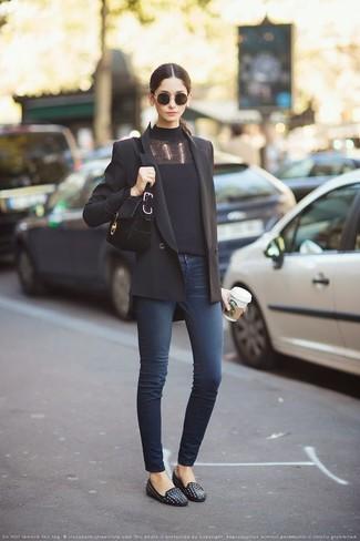 Come indossare: blazer doppiopetto nero, dolcevita nero, jeans aderenti blu scuro, mocassini eleganti in pelle con borchie neri