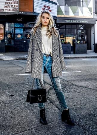 Come indossare: blazer doppiopetto con motivo pied de poule nero e bianco, dolcevita beige, jeans aderenti blu, stivaletti in pelle neri
