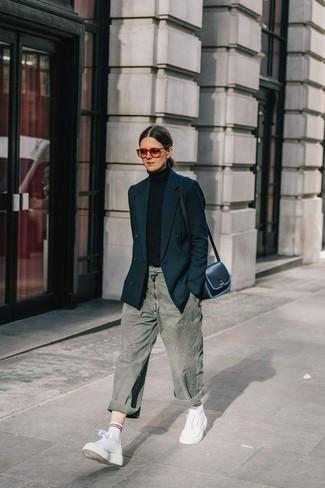 Come indossare e abbinare: blazer doppiopetto nero, dolcevita nero, jeans boyfriend grigi, sneakers alte in pelle bianche