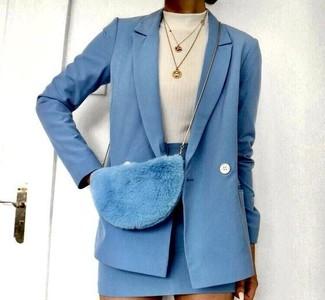 Come indossare e abbinare una minigonna azzurra: Opta per un blazer doppiopetto di lana azzurro e una minigonna azzurra per un look raffinato.