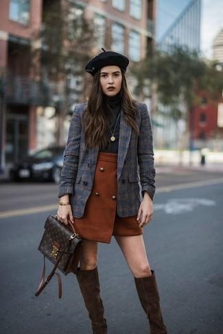 Come indossare e abbinare: blazer doppiopetto scozzese blu scuro, dolcevita nero, minigonna terracotta, stivali al ginocchio in pelle scamosciata marrone scuro