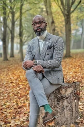 Come indossare e abbinare: blazer doppiopetto scozzese grigio, dolcevita lavorato a maglia bianco, pantaloni eleganti grigi, mocassini con nappine in pelle scamosciata marrone scuro