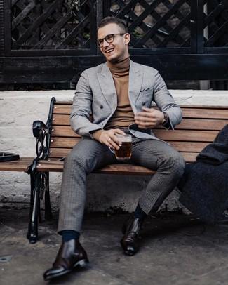 Come indossare e abbinare: blazer doppiopetto di lana grigio, dolcevita marrone, pantaloni eleganti di lana a quadri grigio scuro, scarpe double monk in pelle marrone scuro