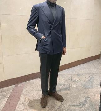 Come indossare e abbinare: blazer doppiopetto blu scuro, dolcevita grigio scuro, pantaloni eleganti di lana grigio scuro, scarpe derby in pelle scamosciata marrone scuro