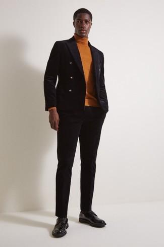 Come indossare e abbinare: blazer doppiopetto di velluto nero, dolcevita terracotta, pantaloni eleganti di velluto neri, scarpe derby in pelle nere