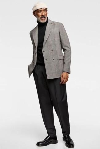 Come indossare e abbinare pantaloni eleganti neri: Potresti indossare un blazer doppiopetto scozzese grigio e pantaloni eleganti neri per un look elegante e di classe. Prova con un paio di scarpe derby in pelle nere per avere un aspetto più rilassato.