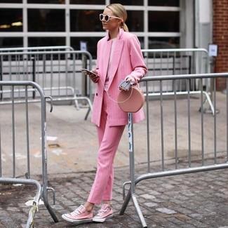 Indossa un blazer doppiopetto rosa con occhiali da sole rosa per un semplice tocco di eleganza. Per un look più rilassato, mettiti un paio di sneakers basse di tela rosa.