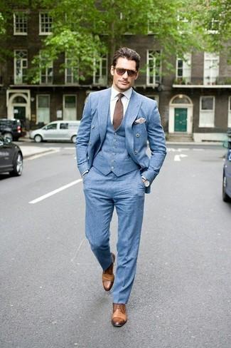Come indossare e abbinare: blazer doppiopetto azzurro, gilet azzurro, camicia elegante bianca, pantaloni eleganti azzurri