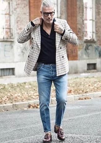 Come indossare e abbinare: blazer doppiopetto scozzese grigio, maglia  a polo nera, jeans blu, mocassini con nappine in pelle marrone scuro