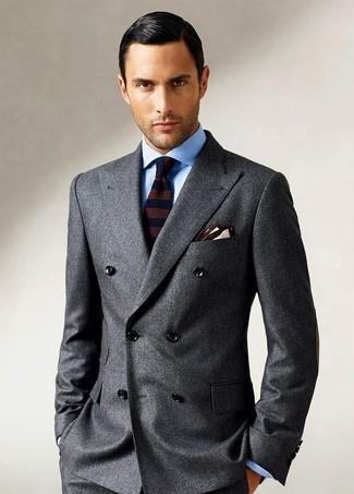 Come indossare e abbinare: blazer doppiopetto di lana grigio scuro, camicia elegante azzurra, cravatta di lana a righe orizzontali marrone scuro, fazzoletto da taschino beige