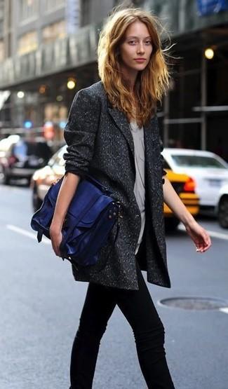 Come indossare: blazer doppiopetto di lana grigio scuro, top senza maniche grigio, jeans aderenti neri, cartella in pelle blu