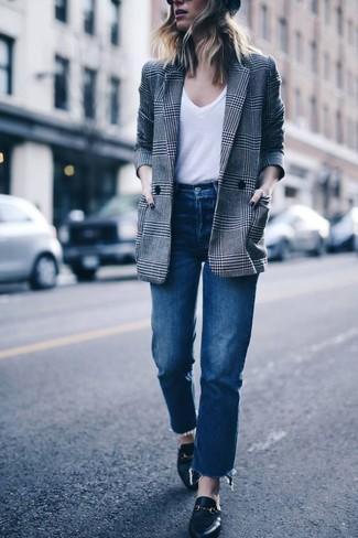 Come indossare: blazer doppiopetto scozzese grigio, t-shirt con scollo a v bianca, jeans blu, mocassini eleganti in pelle neri