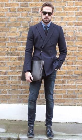 Trend da uomo 2020: Combina un blazer doppiopetto blu scuro con jeans blu scuro se preferisci uno stile ordinato e alla moda. Scegli un paio di scarpe derby in pelle nere per dare un tocco classico al completo.