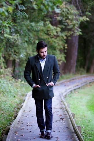 Come indossare e abbinare jeans blu scuro: Indossa un blazer doppiopetto blu scuro e jeans blu scuro se preferisci uno stile ordinato e alla moda. Calza un paio di scarpe derby in pelle melanzana scuro per mettere in mostra il tuo gusto per le scarpe di alta moda.