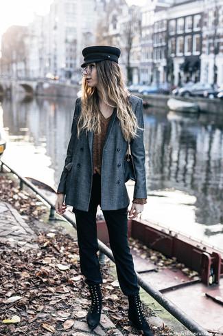 Come indossare: blazer doppiopetto grigio, maglione con scollo a v dorato, pantaloni skinny neri, stivali piatti stringati in pelle scamosciata neri
