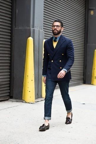 Come indossare e abbinare un maglione girocollo giallo: Scegli un outfit composto da un maglione girocollo giallo e jeans blu scuro per un look raffinato per il tempo libero. Sfodera il gusto per le calzature di lusso e mettiti un paio di mocassini con nappine in pelle marrone scuro.