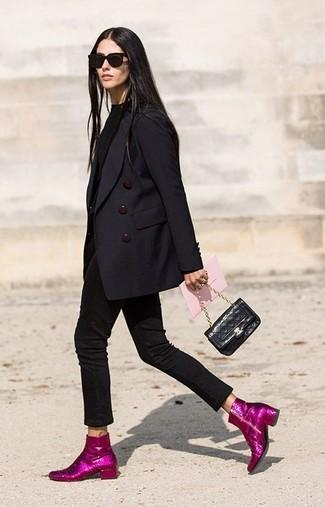 Come indossare e abbinare: blazer doppiopetto nero, maglione girocollo nero, jeans aderenti neri, stivaletti con paillettes fucsia