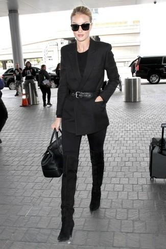 Come indossare e abbinare: blazer doppiopetto nero, maglione girocollo nero, jeans aderenti neri, stivali sopra il ginocchio in pelle scamosciata neri